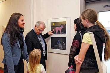 Foto: Thomas Ziegler Bildungs- und Sozialdezernet Tobias Kogge während der Ausstellungseröffnung der Kunsttherapie im Rathaus am 29. April 2014